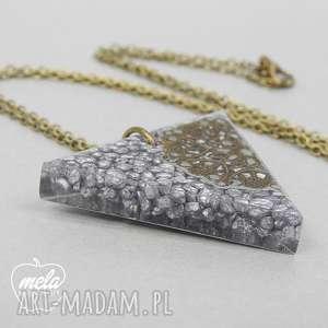 wisiorki 0400/ mela wisiorek z żywicy trójkąt kamienie, wisiorek, trójkąt, żywica