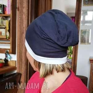 ręczne wykonanie czapki czapka damska sportowa granatowo biała z dzianiny rozmiar