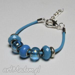 niebieska bransoletka z rzemienia skórzanego koralikami murano oraz elementami