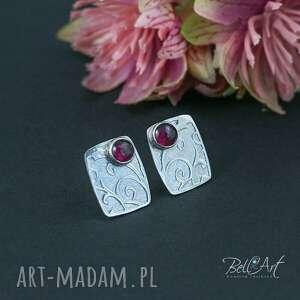Kwadratowe kolczyki z granatem i ornamentem pracownia bellart