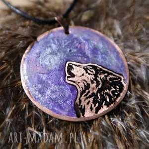 Fioletowy Księżyc i Wilk - wisior z malowanej miedzi żywicy, wilk, wyjący, księżyc