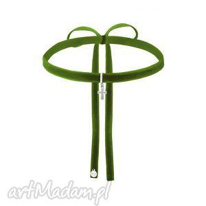 hand-made naszyjniki oliwkowy aksamitny choker ze srebrnym krzyżykiem wysadzanym
