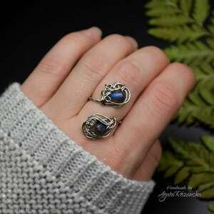 pierścionek regulowany niebieski labradoryt, wire wrapping, stal chirurgiczna