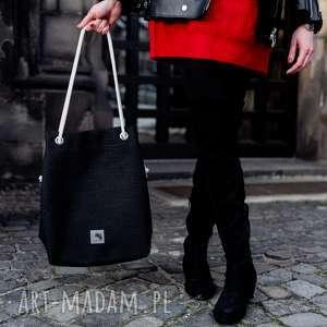 Czarna torebka worek z grubej plecionki, rączki ze sznurkami, plecionka, lato,