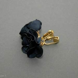 klipsy z kwiatkami, kwiat, eleganckie, wiszące, granatowe, wesołe, małe