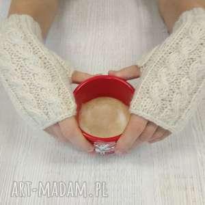 śmietankowe mitenki robione na drutach - rękawiczki, sweter, szalik
