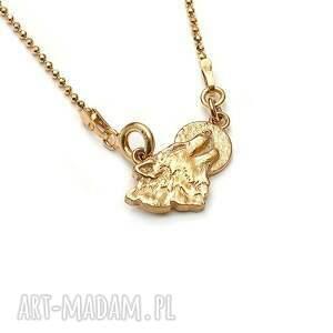 wilk z księżycem amulet ze złoconego srebra, złocony wisiorek, delikatny