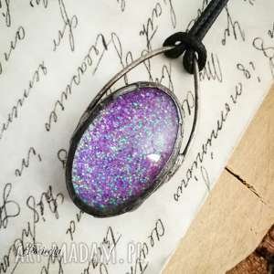 glow violet - naszyjnik z brokatem w szkle - naszyjnik-z-wisiorem