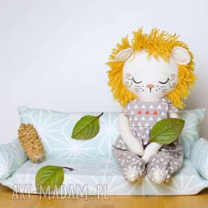 ręczne wykonanie maskotki lalka lew