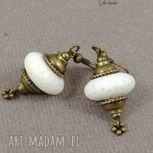 biel i stare złoto w kolczykach stylu boho urocze proste ale bogate, handmade