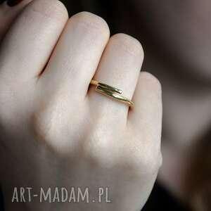 prosty mosiężny pierścionek, mosiądz, surowy, zawinięty, minimalistyczny