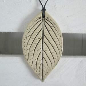 wisiorek listek ceramiczny, biżuteria ceramiczna