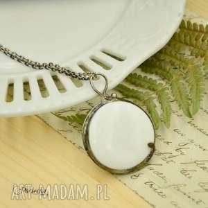 Na biało - duży wisior ze szkłem naszyjniki pracownia miedzi