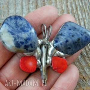 Wisior motyl hand made: Granatowo-czerwony, motyl, kamienie, sodalit, koral