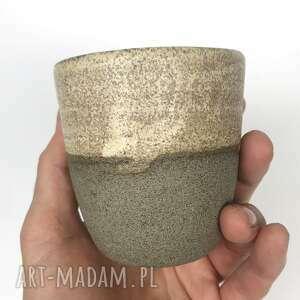 Kubek ręcznie robiony z szarej gliny, toczony na kole
