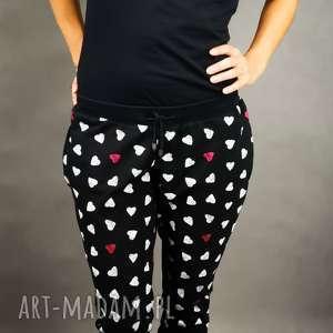 ręcznie zrobione spodnie dresowe sweatheart czarne ze wzorem w serca