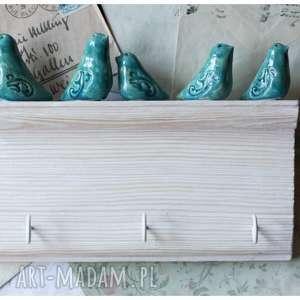 Biała półeczka z haczykami w stylu vintage, ceramika, wieszak, ptak