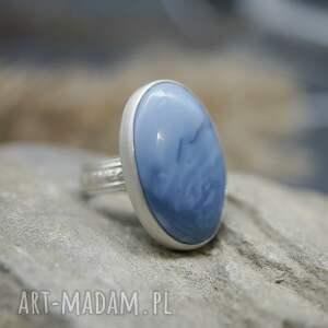 niebieski opal pierścionek manir