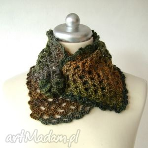 Ocieplacz ażurowy w jesiennych barwach, spinany broszką szaliki