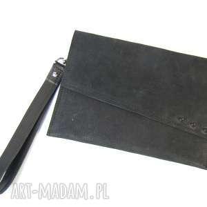 Torebka skórzana kopertówka - czarna z ćwiekami partasza
