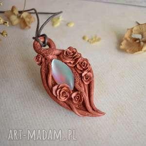 ręcznie zrobione wisiorki różany wisior z tęczowym szkłem