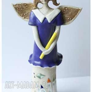 Anioł przedszkolanka w granatowej sukni, ceramika, anioł,
