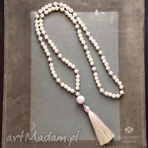 naszyjnik boho w kolorze kremowym, perły, howlit, kryształki, chwost