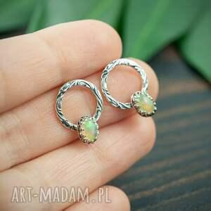 srebrne kolczyki koła z opalem, sztyfty opalizującym oczkiem