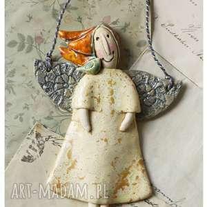 handmade ceramika aniołek z ptaszkiem na ramieniu piaskowy