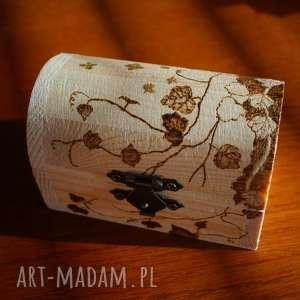 winorośl i motyle - ręcznie zdobiony kuferek na biżyuterię
