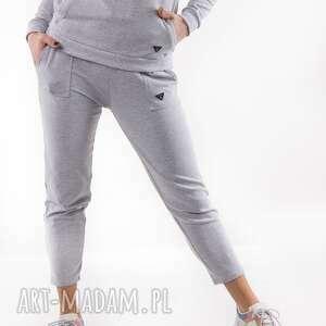 Spodnie dresowe szare z nadrukiem 3for u trzyforu spodnie