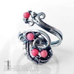 motyle i srebrny pierścionek z koralem różowym, pierścionek, regulowany, wirewrapping