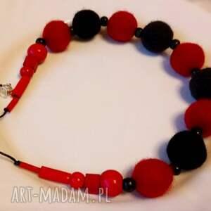 Czerwono-czarny, filc, filcowy, naszyjnik, wełna, jesień, korale