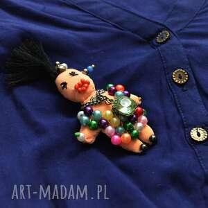 broszka fifi błyskotka - broszka, lalka, perły, cyrkonie, zapinka, unikatowa