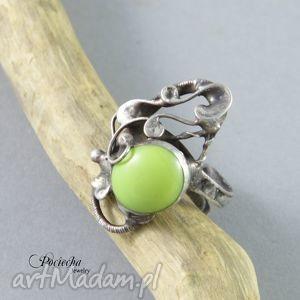 ręcznie robione pierścionki na zielonej łące - pierścionek ze szkłem