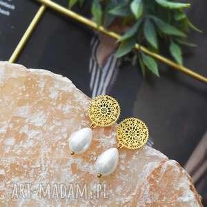 kolczyki z perełkami - złote rozetki, perełkami, perłą