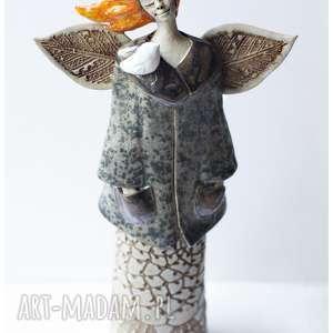anioł o oranżowych włosach z ptakiem na kołnierzu, ceramika, anioł, ptak