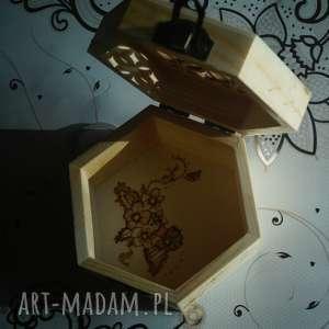 kwietne pudełko - drewniane puzderko ręcznie wypalane - szkatułka