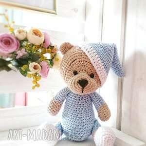 miś w niebieskiej piżamce i czapeczce, zabawka dziecieca, prezent