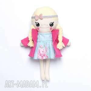 lalka bawełniana z kokardą i płaszczykiem, ręcznie szyta, laleczka