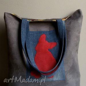 na ramię czerwony buldog z dżinsem, alcantara, buldog, miejska, duża