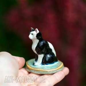 ceramika figurka kota - ręcznie wykonana - biało czarny kot, na prezent