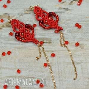 bardzo długie, czerwone kolczyki z łańcuszkiem, łańcuszek