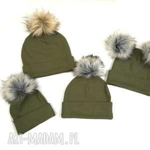 Prezent Jesienna czapka z pomponem kolor: khaki, czapka-jesienna, czapka-na-jesień
