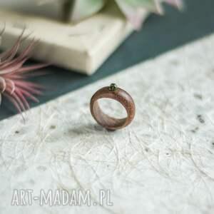 mahoniowy pierścionek z peridotem, pierścionek, preridotem