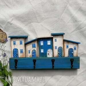 rustykalny wieszak z domkami w odcieniach niebieskobiałym, dom domek, rustykalna