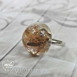0676/~mela~ pierścionek - nasiona w żywicy