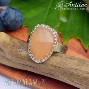 delikatny pierścionek z brzoskwiniowym kamieniem księżycowym r 18, chalcedon