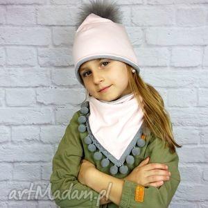 zimowa czapka pilotka z trójkątem; róż pompon bukiet pasji