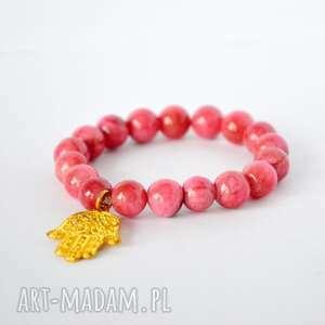bracelet by sis złota hamsa w różowym marmurze, kamienie